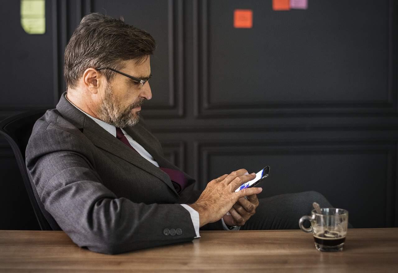 profissional executivo empreendedor smartphone 300x206 - Entrevista de Emprego em Inglês: 10 Perguntas e Respostas + 4 dicas para fazer bonito