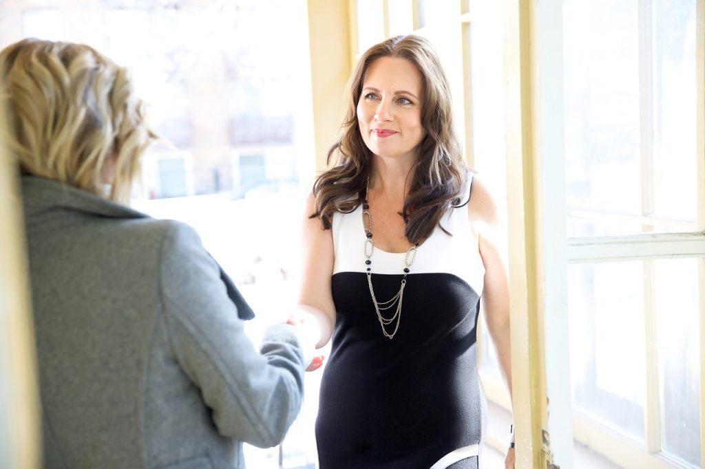 entrevista de emprego trabalho formal mulher feliz sorriso procurar emprego mesmo estando empregado 1024x682 - Procurar emprego mesmo estando empregado: como fazer e cuidados para não manchar seu currículo no mercado