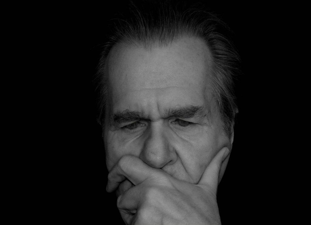homem preto e branco pensamento reflexão introspecção meditar procurar emprego mesmo estando empregado 1024x741 - Procurar emprego mesmo estando empregado: como fazer e cuidados para não manchar seu currículo no mercado
