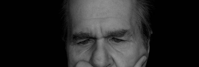 homem preto e branco pensamento reflexão introspecção meditar procurar emprego mesmo estando empregado 658x221 - Home -
