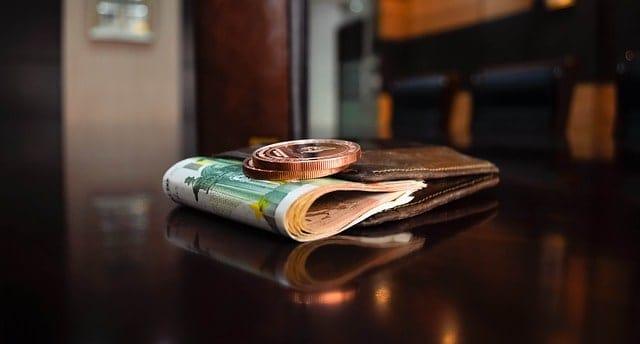 carteira dinheiro moeda cédulas salário não fazer numa entrevista - O que não fazer em uma entrevista de emprego: 18 erros fatais para não cometer