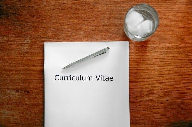 mesa papel caneta currículo não fazer numa entrevista 624x412 - O que não fazer em uma entrevista de emprego: 18 erros fatais para não cometer