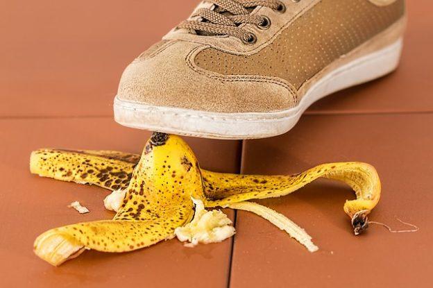 não colocar no linkedin casca de banana pisar escorregar cair erro errar 624x415 - Erros Clássicos que você não pode cometer no seu LinkedIn