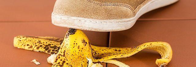 não colocar no linkedin casca de banana pisar escorregar cair erro errar 640x221 - Home -