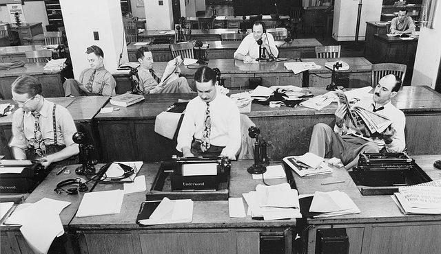 preto e branco escritório computador máquina de escrever datilografia Como conseguir emprego após os 40 anos 640x370 - A Principal dica para Conseguir Emprego após os 40 anos -