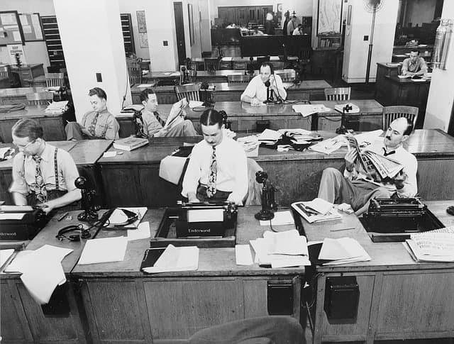 preto e branco escritório computador máquina de escrever datilografia Como conseguir emprego após os 40 anos 624x473 - A Principal dica para Conseguir Emprego após os 40 anos