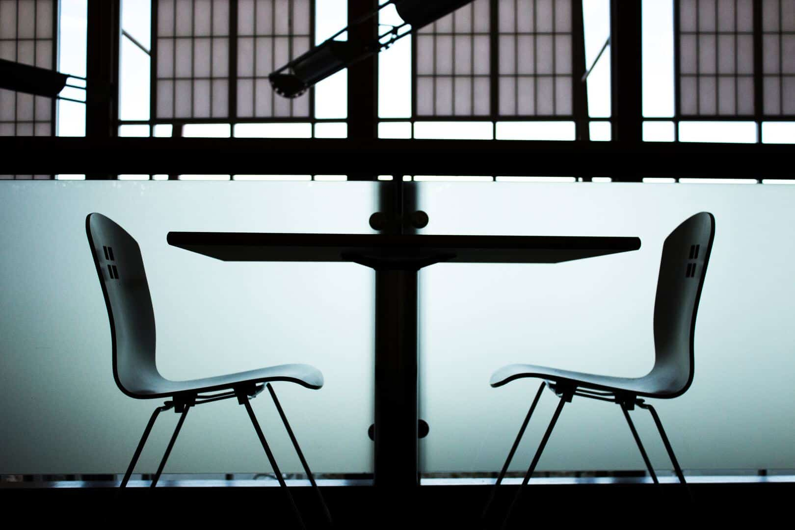 remarcar entrevista de emprego cadeiras mesa ausente 1024x683 - 6 Dicas de como remarcar uma entrevista de emprego sem manchar sua imagem profissional