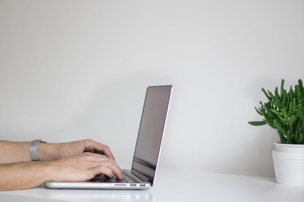 busca ativa notebook mesa procurar emprego no linkedin 1024x683 - As 3 formas de procurar emprego no Linkedin