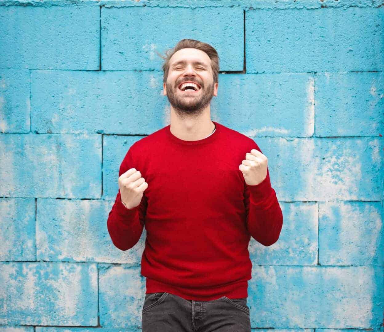 homem comemorando sinais entrevista de emprego sucesso - 6 sinais de que sua entrevista de emprego pode ter sido um sucesso
