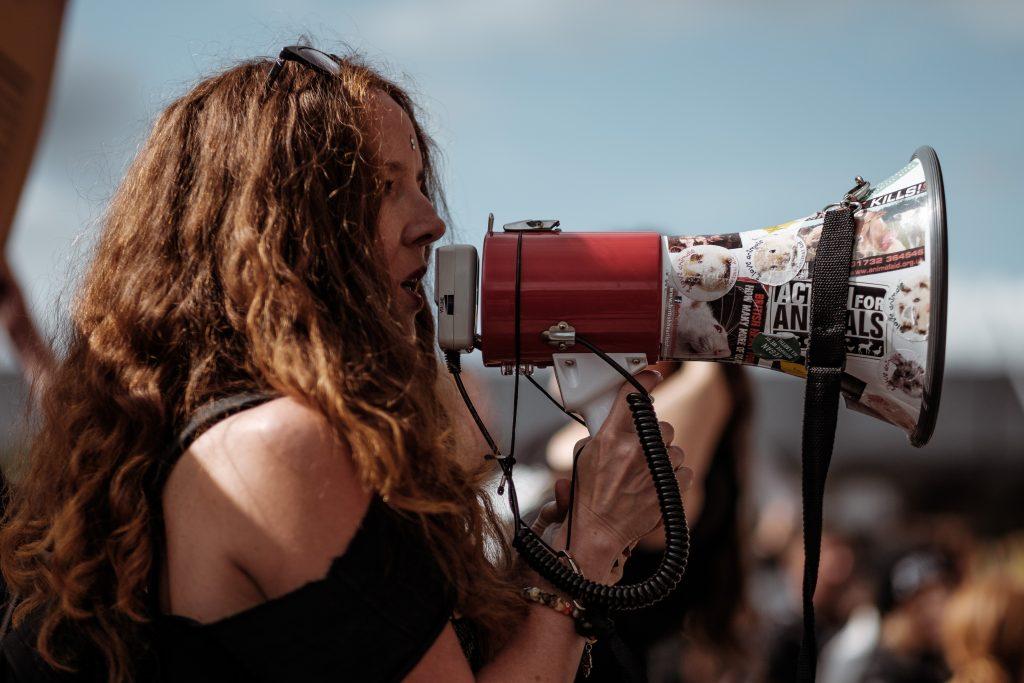 megafone divulgar protesto procurar emprego no linkedin 1024x683 - As 3 formas de procurar emprego no Linkedin