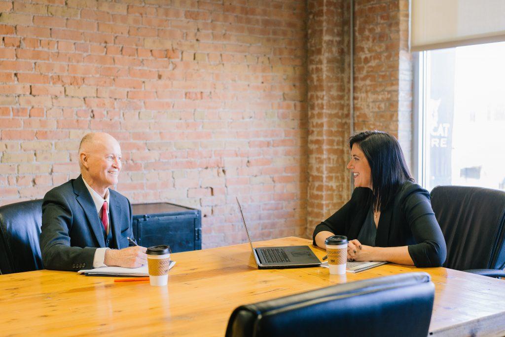 pessoas entrevista escritório sinais entrevista de emprego sucesso 1024x683 - 6 sinais de que sua entrevista de emprego pode ter sido um sucesso