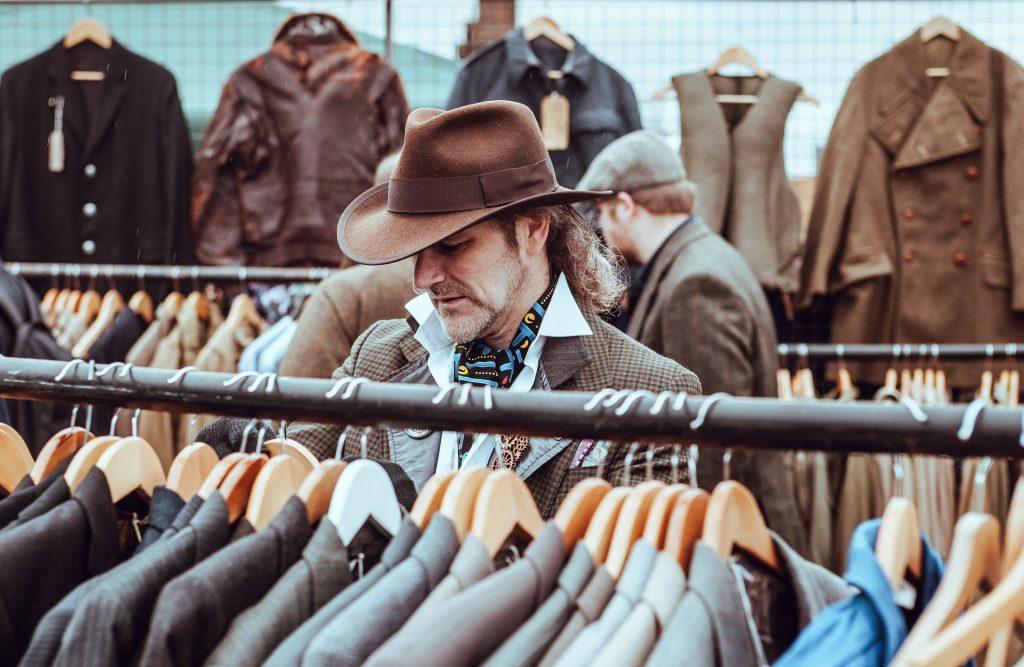 homem escolhendo roupa para entrevista de emprego 1024x667 - Como escolher a roupa certa para a entrevista de emprego pelo Instagram