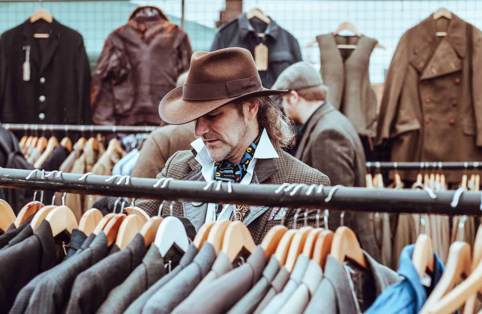 homem escolhendo roupa para entrevista de emprego 1232x802 - Como escolher a roupa certa para a entrevista de emprego pelo Instagram