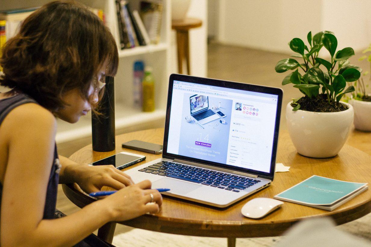 técnica em informática mulheres na tecnologia 1232x821 - Mulheres na Tecnologia: dados recentes e projetos que incentivam o aumento do público feminino na TI